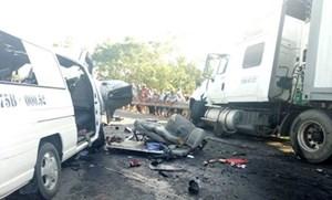 Xe container nổ lốp 'càn quét' trên đường, 12 người thương nặng