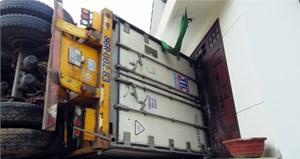 Xe container tông vào nhà dân, hai người bị thương