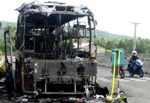 Xe giường nằm chở 18 người bất ngờ cháy rụi trong đêm