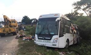 Xe giường nằm va chạm container, ít nhất 2 người tử vong