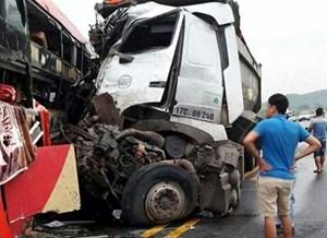 Xe giường nằm húc xe tải trên cao tốc Lào Cai, 8 người nhập viện