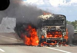 Xe khách cháy rụi trên cao tốc Trung Lương