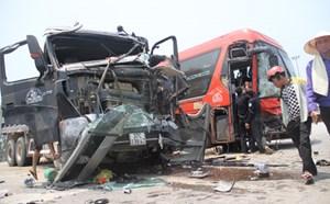 Xe khách đâm nát đầu xe tải, 6 người nhập viện