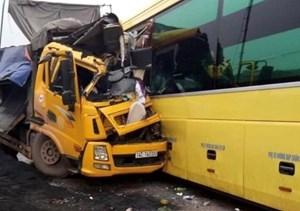 Xe khách 'đấu đầu' xe tải, người dân phá cửa xe cứu 2 tài xế kẹt trong cabin
