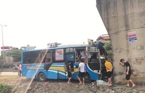 Xe khách lao vào chân cầu vượt, 12 người bị thương