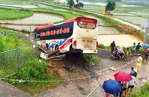 Xe khách nổ lốp trên cao tốc,  1 người chết, 13 người bị thương