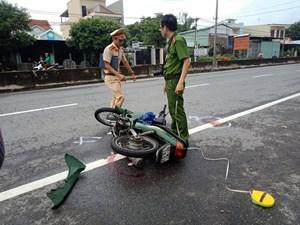 Xe máy bất ngờ tông hai bà cháu bị thương