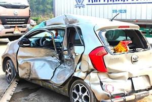 Xe ô tô 4 chỗ mất lái đâm vào cột, 3 người thương vong