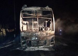 Xe ô tô giường nằm đang lưu thông trong đêm, bỗng nhiên cháy dữ dội