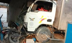 Xe tải hất tung xe máy rồi 'càn lướt' một đoạn QL1A