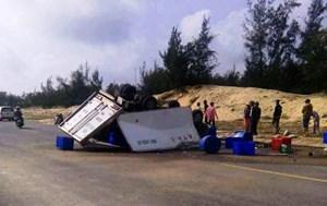 Xe tải lật trên đường ven biển, 3 người thương vong