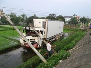 Xe tải mất lái đâm gãy 2 trụ điện lao xuống ruộng
