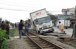 Xe tải mất lái, suýt chồm lên đường ray xe lửa