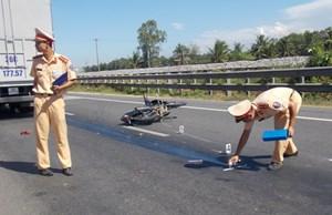 Xe tải va chạm xe máy, 1 thiếu nữ trọng thương