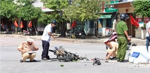 Xe tải va xe máy 'kẹp 3', hai người bị thương nặng