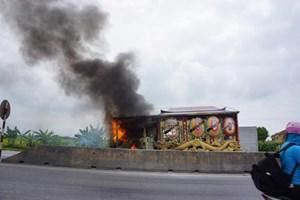 Xe tang cháy ngùn ngụt, thân nhân người đã khuất hoảng loạn