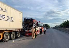 Nghệ An: Xe khách đâm vào xe container, 15 người thương vong