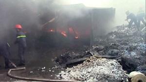 Xưởng phế liệu 1.000m2 bị thiêu cháy
