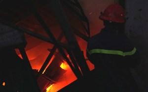 Xưởng sản xuất đồ gỗ bị cháy rụi lúc sáng sớm