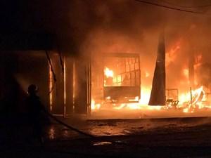 Xưởng sữa chữa lốp ô tô cháy trong đêm, 6 người thoát nạn