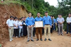 Bàn giao công trình thanh niên làm đường giao thông nông thôn khởi động Dự án Làng Thanh niên lập nghiệp xã Túc Đán, huyện Trạm Tấu
