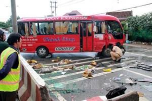 Lật xe khách, 12 người bị thương nặng