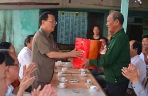 Chủ nhiệm Ủy ban Kiểm tra Trung ương Ngô Văn Dụ thăm, tặng quà gia đình chính sách ở thành phố Đồng Hới