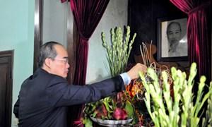 Chủ tịch Nguyễn Thiện Nhân dâng hương tưởng niệm Bác Hồ