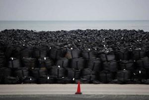 Lũ cuốn trôi nhiều túi chứa chất nhiễm xạ tại Nhật Bản