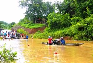 Miền núi Quảng Trị bị chia cắt sau mưa bão
