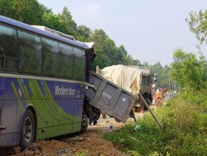 Một xe giường nằm rơi xuống vực sâu hơn 100m, nhiều người bị nạn