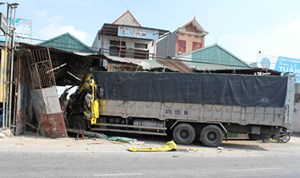 Nam Định: Xe tải đâm vào nhà dân