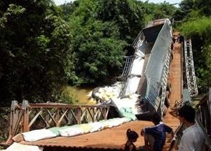 Sập cầu trên vành đai biên giới Tây Ninh: Tài xế cố tình chở quá tải