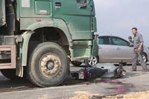 Thanh Hóa: Ba thanh niên đâm trực diện xe