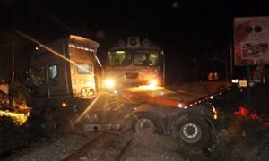 Thông tuyến đường sắt Bắc - Nam sau tai nạn tàu hỏa đâm xe kéo