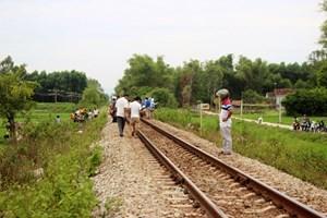 Nằm trên đường ray, người đàn ông bị tàu hỏa tông tử vong