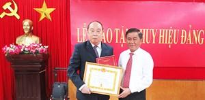 Trao tặng Huy hiệu 55 năm tuổi Đảng cho nguyên Chủ nhiệm UBKT Trung ương Nguyễn Văn Chi