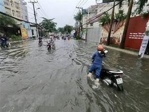 Mưa liên tục 4 tiếng, nhiều tuyến đường ở TP HCM ngập sâu