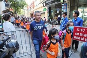 Cảnh giác với đối tượng lạ mặt tiếp xúc học sinh tại cổng trường