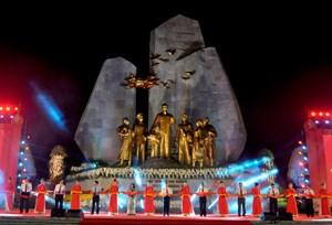 Khánh thành Tượng đài 'Chủ tịch Hồ Chí Minh với Nhân dân Quảng Bình'