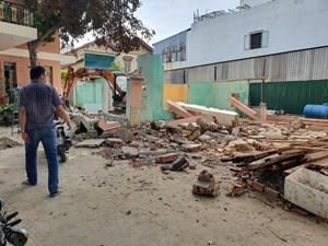 Mảng tường nhà cổ sụp đổ khiến 2 người thương vong