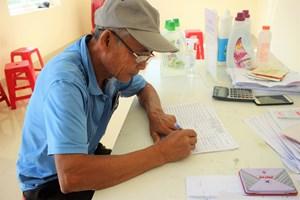Quảng Nam: Người dân phấn khởi khi nhận tiền hỗ trợ