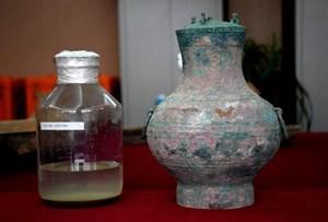 Phát hiện lọ đồng 2.000 năm tuổi trong ngôi mộ cổ