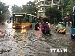 Mưa lớn trên diện rộng, nhiều tuyến phố Hà Nội thành sông
