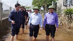 Phó Chủ tịch - Tổng Thư ký Hầu A Lềnh thăm hỏi bà con vùng lũ Quảng Bình
