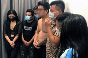 Hà Nội: Hai cô gái cùng 6 thanh niên 'phê' ma túy ở chung cư cao cấp