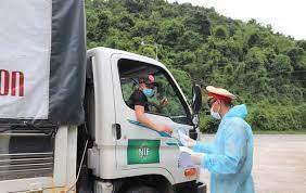 Xe 'luồng xanh' chở 7 tấn hóa chất không rõ nguồn gốc xuất xứ