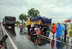 Hai người đàn ông chạy xe máy về Nghệ An nhưng gặp TNGT ở Quảng Nam
