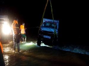 Quảng Ngãi: Ô tô bị nước cuốn trôi, tìm thấy thi thể vợ, chồng vẫn đang mất tích