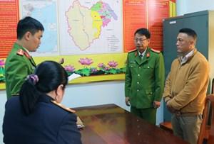 Để lâm tặc khai thác gỗ rừng, trưởng trạm quản lý bảo vệ rừng Khe Đen bị khởi tố